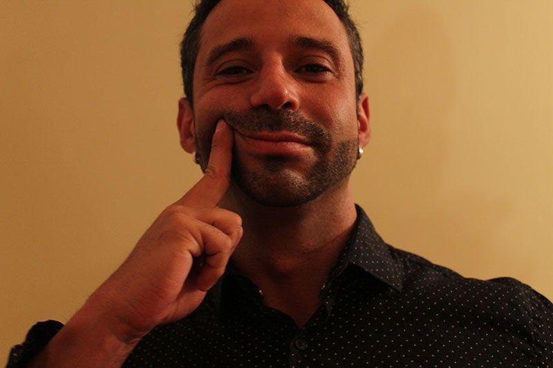 Rubén Lara usando Camisetas Interiores Primer Boton